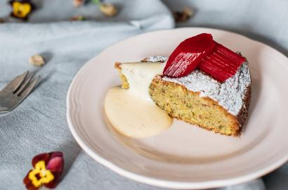 A great recipe for a pistachio cake with rhubarb